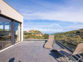 Recently built house with sea views and garden with pool for sale in Begur, just 10 minutes walk from the city center and easy access to all the beaches in the area. Specially designed to guarantee environmental sustainability and energy savings.